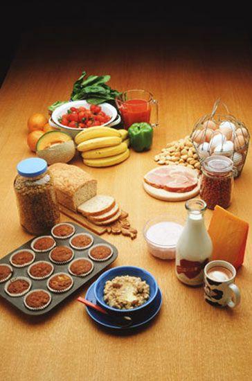 Günlük program  Kahvaltı: Bir porsiyon hazırladığınız müsli, bir fincan süt ve dilimlenmiş muz.  Saat 11.00: Bir elma.  Öğlen: Bir porsiyon müsli ve yarım muz.  Öğleden sonra: Bir avuç kuru üzüm.  Ana öğün: Meyve ve temel gıdalar.  Yatmadan önce: Bir portakal.  Meyveler: Elma, kayısı, iki kurutulmuş erik, bir mango.